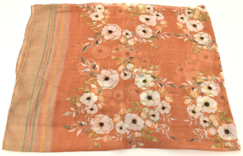 Levně Dámský květovaný šátek Arteddy - oranžová